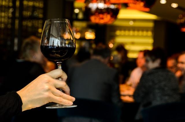 ako zbaliť babu situačné zoznámenie 10 situačných zoznámení, ktoré využiješ v bežný deň restaurant person people hand