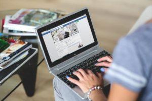 facebook-vztahy-randenie-online vzťahy a randenie 5 vecí, v ktorých Facebook zmenil vzťahy a randenie (k horšiemu) facebook vztahy randenie online 300x200