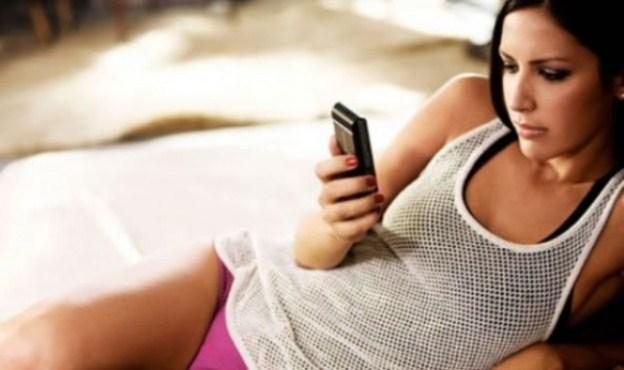 zamilované SMS zamilované sms Chceš písať zamilované sms alebo aby sa do teba zamilovala? krasna zena posiela sms v posteli