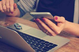 žena počítač mobil