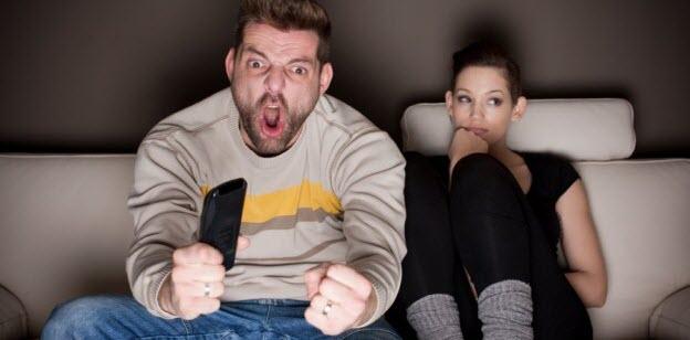 pravidlá muži, muž pozerá futbal, unudená žena pravidlá muži 22 pravidiel od mužov – konečne prehovorili! pravidla muzov