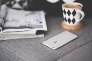 coffee-mug-apple-iphone-large prvé rande 10 vecí, na ktoré si dávaj pri prvom rande pozor coffee mug apple iphone large