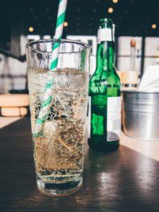 drink-glass-theme-summer-bubles-large prvé rande 10 vecí, na ktoré si dávaj pri prvom rande pozor drink glass theme summer bubles large