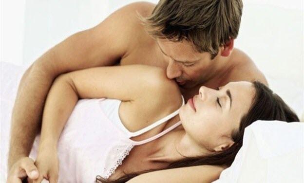 chyby pri sexe, zamilovaný pár, muž bozkáva ženu, ukojená žena chyby pri sexe Tieto chyby pri sexe (Afterparty) ťa môžu pripraviť o ďalší sex zena muz maznanie
