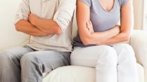 nevera Bolí nás NEVERA alebo naše predstavy o vzťahoch? muz zena prekrizene ruky na posteli hadka 300x167