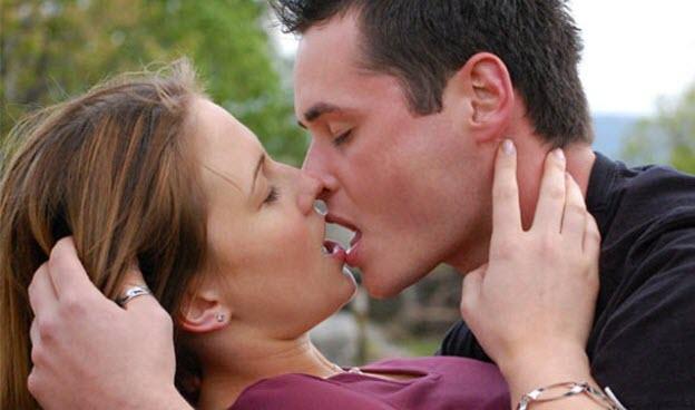 ako jej dať prvú pusu Ako jej dať prvý bozk bez akéhokoľvek strachu prva pusa vasnive bozkavanie tahanie za vlasy