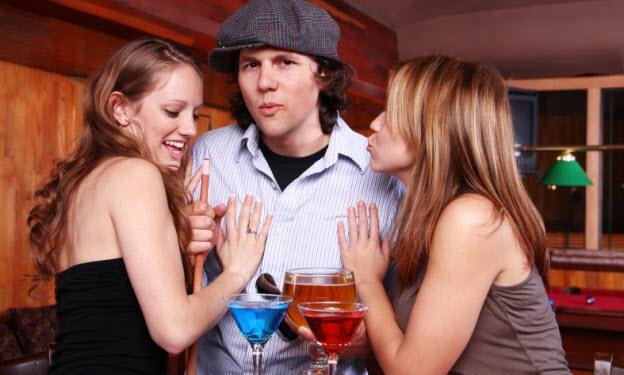 10 tipov ako začať baliť ženy ako začať baliť ženy 10 tipov, ako začať baliť ženy, ktoré ti ani najlepší kamoš nepovie muz obklopeny dvoma zenami v bare diskoteka drinky