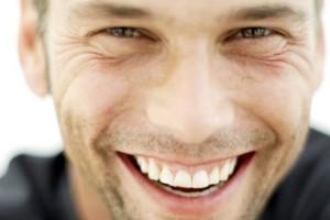 prvý dojem Ako vybudovať skvelý prvý dojem sympaticky muz sa usmieva oci usmev 300x200