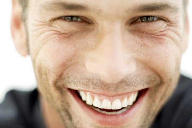 očný kontakt Tvoje smrteľne zvodné zbrane oči a úsmev sympaticky muz sa usmieva oci usmev