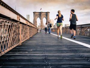 behať s kočkou, beh so ženou na moste, ako zbaliť ženu svojich snov, pár behá, dvojica bežci most zbaliť dievča svojich snov Ako a kde zaručene zbaliť dievča svojich snov sports 731506 640 300x225