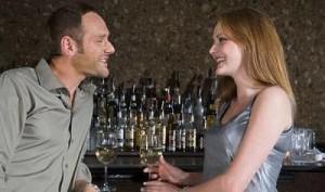 ako prekonať strach AKO prekonať strach z krásnych žien muz sa rozprava so zenou pri bare pri vine2 300x177
