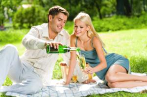 chyby vo vzťahu 10 hlúpych chýb, ktoré chlapi robia vo vzťahu muz zena piknik na deke sampanske tipy na rande 300x199