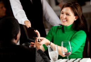 Šokujúca pravda o platení na rande Šokujúca pravda o platení na rande – Prečo by si nemal platiť za ženu? zena plati ucet na rande s muzom 300x207