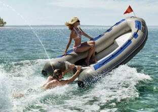 Veľký test vášho vzťahu - prvá spoločná dovolenka prvá spoločná dovolenka Prvá spoločná dovolenka - 4 veci, na ktoré si daj pri nej pozor! muz a zena spolu na dovolenke motorovy cln more