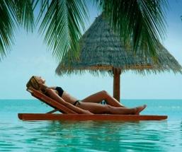 Žena sa opaľuje na lehátku  prvá spoločná dovolenka Prvá spoločná dovolenka - 4 veci, na ktoré si daj pri nej pozor! zena sa opaluje na slnku