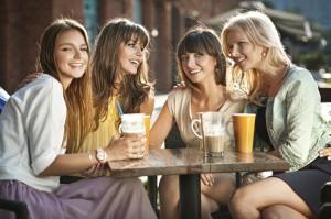 """4 krásne ženy na kávičke buďme len kamaráti 3 dôvody, prečo neposlať ženu po vete """"Buďme len kamaráti"""" do prdele 4 zeny na kavicke"""