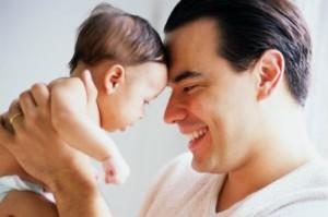 Chceš sa od nás učiť? 5 jazykov lásky Ako cez jazyky lásky vyjadriť partnerovi, čo cítiš a potrebuješ? otec so synom drzi dieta 300x199