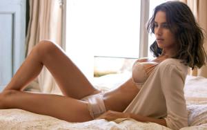 Nerob tieto chyby pri balení žien  chyby pri balení 7 fatálnych chýb, vďaka ktorým stále nemáš ženy, ktoré si zaslúžiš sexy zena lezi na posteli 300x188