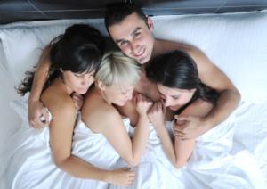 Pravidlo 5-tich - Prečo by si mal písať a randiť s viacerými ženami pravidlo 5tich Pravidlo 5-tich – Oplatí sa ti randiť s viacerými ženami? muz randi s viacerymi zenami v posteli 300x212