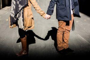 holding-hands-1031665_640 empatia 4 kroky, ako sa jednoduchou zmenou myslenia pri rozhovoroch staneš okamžite sympatickým holding hands 1031665 640 300x200