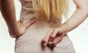 Ako odhalíš, že ti žena klame? Tieto 3 techniky ju zaručene prezradia! neklamných znakov 13 neklamných znakov, že si sa zaplietol s narciskou zena prekrizene prsty za chrbtom klamstvo loz 300x182