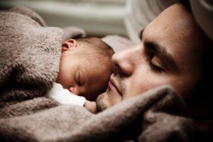 muž drží dieťa v náručí  tolerancia Chýba ti tolerancia? Tak to počkaj, keď budeš mať… man person cute young large 300x200