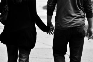 vzťah  vzťah Mnohí ľudia túžia mať vzťah, ale pritom ani len netušia, do čoho idú muz a zena sa drzia za ruku dlhodoby vztah