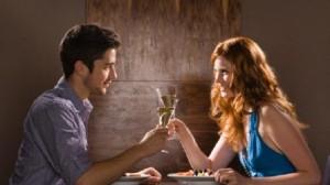 žena a muž, rande, popíjajú víno rande Ako sa NEpripravovať na rande mu   se   enou na rande 300x168