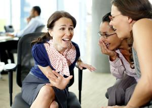 Businesswomen gossiping in office Original Filename: 85406525.jpg vztah s bejvalkou EX – prokletí nebo požehnání?   ena mluv   s jinou   enou 300x215