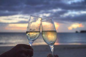 """sea-sunset-beach-couple psychológia zvádzania Ako pomocou psychológie """"prinútiť"""" ženy ceniť si ťa viac? sea sunset beach couple"""
