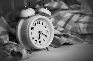 budík, presvedčenia o peniazoch, penaize, vstávať do práce, zlé presvedčenia finanice, finančné návyky presvedčenia [Peniaze 1/4] Obmedzujúce presvedčenia o peniazoch, ktoré ti ŠKODIA alarm clock 1193291 640