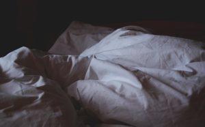 posteľ, zlé presvedčenia o peniazoch, blbé návyky, hlboké presvedčenia, vstávať z postele presvedčenia [Peniaze 1/4] Obmedzujúce presvedčenia o peniazoch, ktoré ti ŠKODIA bed linen 1149842 640