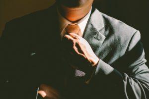 muž v obleku, viazať kravatu, úspešný muž, úspech, kravata ako zarobiť [Peniaze 2/4] Jednoduchý trik, ako zarobiť oveľa viac tie 690084 640 300x200