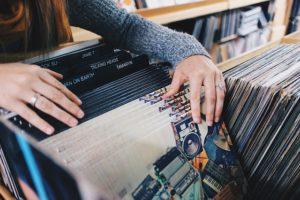 ako nakupuje žena  nakupovat se ženou 6 klíčů jak nakupovat se ženou vinyl records 945396 640