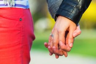 drzanie za ruky  od zoznámenia až po sex Kompletný návod: Ako sa dotýkať ženy – od zoznámenia až po sex drzanie za ruky Dollarphotoclub 65733190 312 x 208
