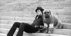 Sylvester Stallone so svojím odkúpeným psíkom sylvester stallone Sylvester Stallone – jeho príbeh ti určite zvýši charizmu a príťažlivosť so psom 300x154