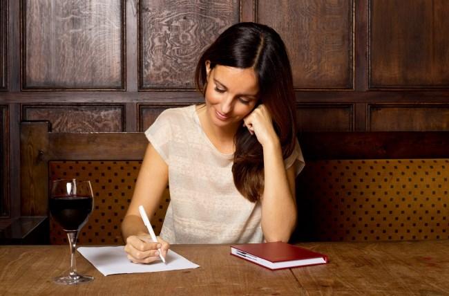 žena si píše zoznam (650 x 428) ako zbaliť ženu 11 rozdielov medzi randením so ženou a s dievčaťom   ena si p    e zoznam 650 x 428