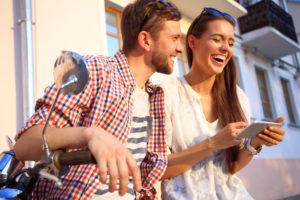 pár v meste  výnimočná žena 15 jasných znamení, že randíš s výnimočnou ženou AdobeStock 102814827 300x200