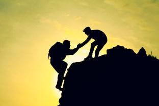výsledok, šanca, chlap pomáha chlapovi dosiahnuť cieľ (312 x 208) kamarát 5 overených spôsobov, ako (ne)ostať kamarátom hneď od prvej SEKUNDY (navždy) v  sledok   anca chlap pom  ha chlapovi dosiahnu   cie   312 x 208