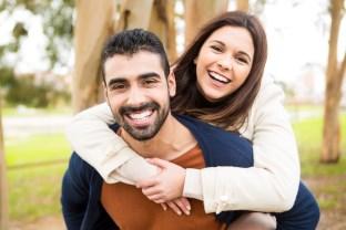 objímajúci sa pár (312 x 208) ako sa žien dotýkať [8/10] Ako sa žien dotýkať, flirtovať s nimi a zvádzať ich? | 10 krokov do vzťahu obj  maj  ci sa p  r 312 x 208