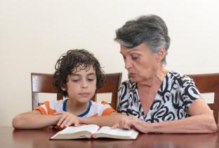 stará mama a vnuk (312 x 212) ako pôsobiť príťažlivejšie 7 vedecky overených spôsobov, ako pôsobiť príťažlivejšie star   mama a vnuk 312 x 212