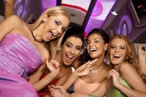 Beautiful girl having party, laughing, looking at camera. rozprávanie príbehov 27 techník pre charizmatickejšie rozprávanie príbehov (1. časť) bigstock Beautiful girl having party l 53354620 300x200