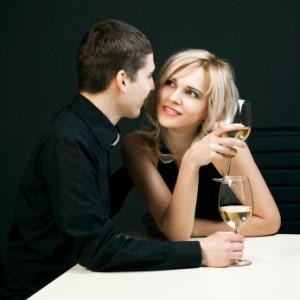 rozprávanie príbehov žena pri tebe cítila dobre [6/10] Ako dosiahnuť, aby sa žena pri tebe cítila dobre a dôverovala ti? | 10 krokov do vzťahu man whispering in womans ear 300x300