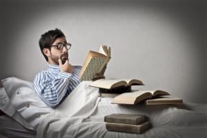 muž číta v posteli, učí sa, knihy (600 x 399) príťažlivosť a hodnotu 10 katastrofálnych rozhodnutí, ktoré ťa okradnú o príťažlivosť a hodnotu mu       ta v posteli u     sa knihy 600 x 399 300x200