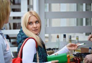 žena platí financie v partnerskom vzťahu Ako si podeliť financie v partnerskom vzťahu? paying 1438142 960 720 300x205