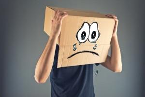 """kamarát Už NIKDY viac """"IBA kamarát""""! smutny muz muz s krabicou na hlave 600 x 401 300x201"""