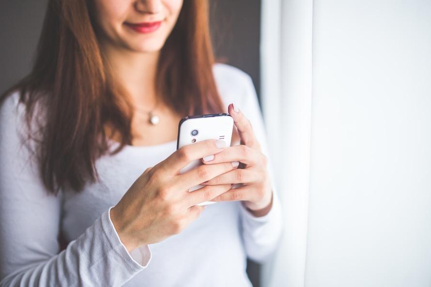 žena ktorá sa hrá na telefóne a rieši svoj vzťah vzťahov Vytráca sa zo vzťahov blízkosť alebo my sami? woman smartphone girl technology large