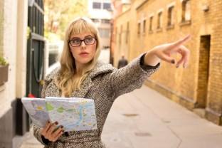 ako osloviť ženu na ulici - rýchly tip  oslovenia ženy 5 Tipov: Ako sa zbaviť strachu z oslovenia ženy   ena s mapou ukazuje cestu 312 x 208