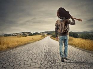 chlap s gitarou na ceste (312 x 233) ako osloviť ženu Pravda o tom, prečo máš strach z toho, ako osloviť ženu chlap s gitarou na ceste 312 x 233
