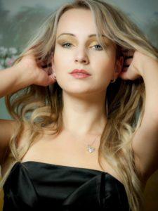 Ako osloviť krásnu ženu oslovenia ženy 5 Tipov: Ako sa zbaviť strachu z oslovenia ženy portrait blond blondie brunette 47346 225x300